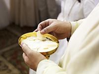 Comunin. Ceremonia religiosa. Comulgando. Ritual religioso.